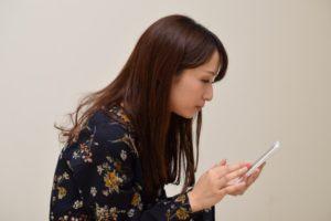 スマホを見る女性のイメージ画像